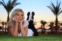La ragazza con una camomilla fotografie stock libere da diritti