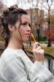 La ragazza con una caramella di zucchero Immagini Stock Libere da Diritti