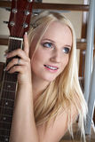 La ragazza con una chitarra immagine stock libera da diritti