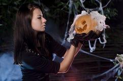 La ragazza con una lampada di dzhek fotografia stock libera da diritti