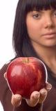 La ragazza con una mela Immagini Stock