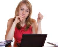 La ragazza con una penna che osserva il taccuino dello schermo Fotografia Stock