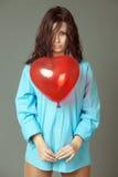 La ragazza con una sfera rossa immagini stock libere da diritti