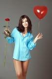 La ragazza con una sfera rossa fotografia stock