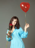 La ragazza con una sfera rossa Fotografie Stock