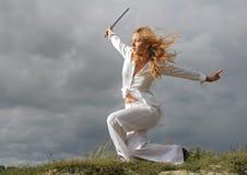 La ragazza con una spada marcata Fotografia Stock