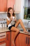 La ragazza con una tazza Immagini Stock