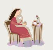 La ragazza con una tazza di tè o di caffè Immagini Stock Libere da Diritti