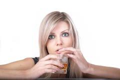 La ragazza con vetro di whisky Fotografia Stock
