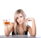 La ragazza con vetro di whisky Immagine Stock Libera da Diritti