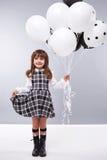 La ragazza copre il piccolo modo di compleanno dei piccoli palloni della raccolta Fotografie Stock