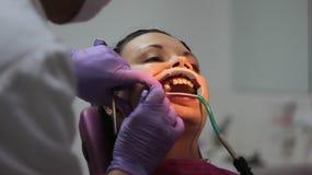 La ragazza corregge la mancanza di denti Fotografia Stock Libera da Diritti