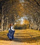La ragazza corrente si è vestita in uno retro-stile Fotografia Stock