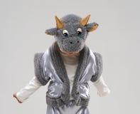 La ragazza in costume della mucca guarda giù Immagine Stock