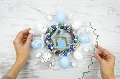 La ragazza crea una decorazione festiva di Pasqua Disposizione del piano delle decorazioni di Pasqua Immagini Stock Libere da Diritti