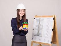 La ragazza dà una presentazione di nuova costruzione multipiana Immagini Stock