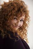 La ragazza dai capelli rossi che posa nello studio 4 Fotografie Stock