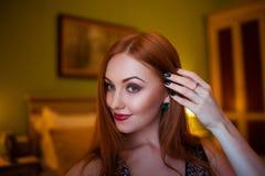 La ragazza dai capelli rossi con le sopracciglia marroni fotografie stock libere da diritti