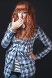 La ragazza dai capelli rossi fa un gesto di silenzio Immagini Stock Libere da Diritti