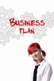 La ragazza dai capelli rossi sta elaborando un business plan Fotografia Stock Libera da Diritti