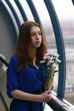 La ragazza dai capelli rossi sta sognando Immagini Stock Libere da Diritti