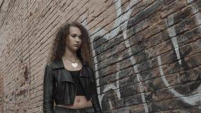 La ragazza dei pantaloni a vita bassa che cammina sul tramonto, donna triste della ragazza dello studente ha problemi archivi video