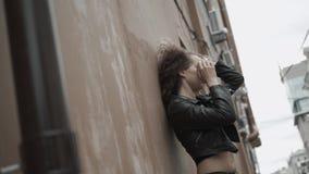 La ragazza dei pantaloni a vita bassa che cammina sul tramonto, donna triste della ragazza dello studente ha problemi video d archivio