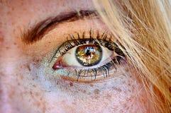 La ragazza del ablond dell'occhio verde ha danneggiato il hdr delle lentiggini della pelle Fotografie Stock