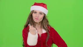 La ragazza del Babbo Natale in vestito rosso indica un poco più tranquillamente il suo dito Schermo verde Fine in su stock footage