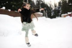 La ragazza del bambino balla nella neve Fotografie Stock Libere da Diritti