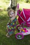 La ragazza del bambino di 1 anno sta camminando in un giardino Fotografia Stock