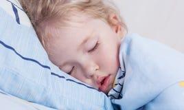La ragazza del bambino sta dormendo Immagini Stock Libere da Diritti