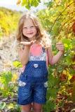 La ragazza del bambino sta inviando il bacio del colpo nel giardino dell'uva Immagini Stock