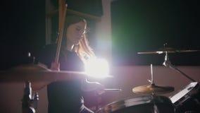 La ragazza del batterista della ragazza gioca emozionalmente i tamburi archivi video