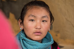 La ragazza del Bhutanese esamina la macchina fotografica Fotografie Stock Libere da Diritti