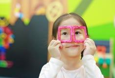 La ragazza del piccolo bambino che gioca i magneti gioca per lo sviluppo del cervello fotografia stock