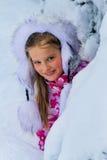 La ragazza del piccolo bambino nell'inverno copre con il lotto di neve Fotografia Stock Libera da Diritti