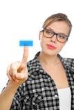 La ragazza dell'allievo con i vetri spinge un tasto blu Immagini Stock Libere da Diritti