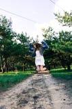 La ragazza della campagna si diverte Ritratto Foto a figura intera immagine stock libera da diritti