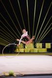 La ragazza della ginnasta esegue alla concorrenza della ginnastica ritmica Fotografie Stock Libere da Diritti