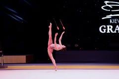 La ragazza della ginnasta esegue alla concorrenza della ginnastica ritmica Immagine Stock