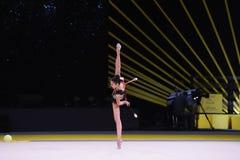 La ragazza della ginnasta esegue alla concorrenza della ginnastica ritmica Fotografie Stock