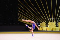 La ragazza della ginnasta esegue alla concorrenza della ginnastica ritmica Immagine Stock Libera da Diritti