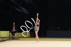 La ragazza della ginnasta esegue alla concorrenza della ginnastica ritmica Immagini Stock