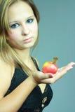 la ragazza della mela mantiene la palma giovane fotografie stock libere da diritti