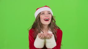 La ragazza della neve nei costumi di Natale gonfia il polline stellare Schermo verde Movimento lento stock footage