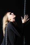La ragazza delle zombie con il nero strappa e la catena delle tenute della gola del taglio Immagine Stock Libera da Diritti