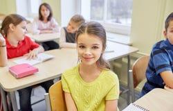 La ragazza dello studente con il gruppo di scuola scherza nella classe Fotografia Stock Libera da Diritti