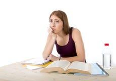 La ragazza dello studente di college che studia per l'esame dell'università si è preoccupata nella sensibilità di sforzo stanca e Immagini Stock