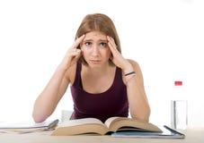 La ragazza dello studente di college che studia per l'esame dell'università si è preoccupata nella sensibilità di sforzo stanca e Fotografia Stock